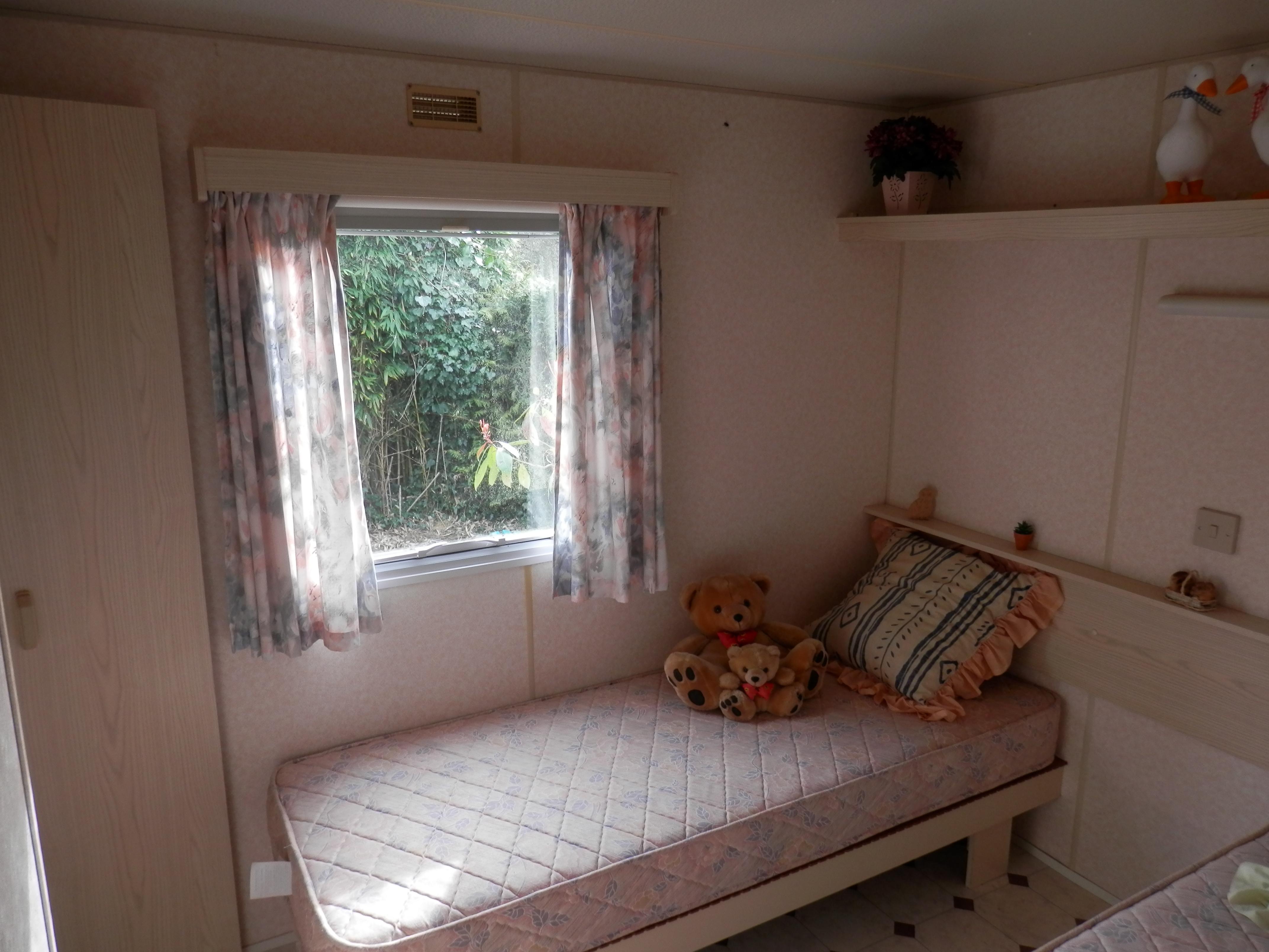 Chambre avec deux lits d'une personne